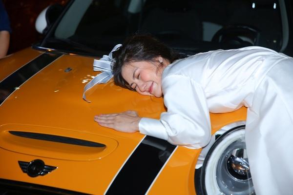 Thanh Bình bí mật làm sinh nhật cho Ngọc Lan, đã thế quà tặng lại là chiếc xe hơi vợ yêu thích 11