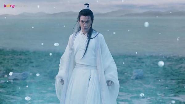 Dạ Thần bộc phát linh lực, biến nước thành băng tấn công Thiên Hậu.
