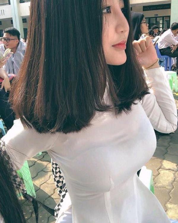 Khi mặc áo dài trắng, kể cả chụp lén thì các nàng vẫn cứ xinh thôi