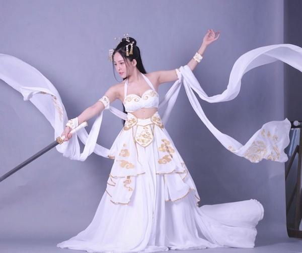 Tay cầm kiếm như nữ thần, Trâm Anh nắm bắt rất tốt những biểu cảm và hành động trong set chụp theo phong cách cổ trang
