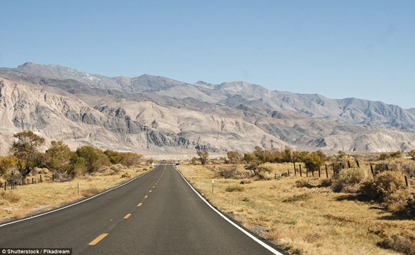 Từ trên đường CA-190 nhìn ra Vườn Quốc gia Death Valley. (Ảnh: Daily Mail)