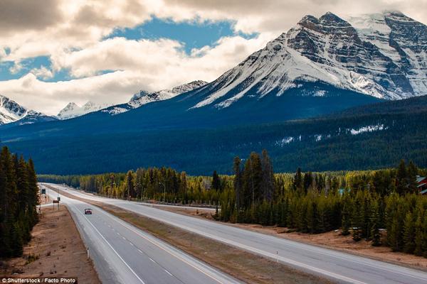 Đại lộ Trans Canada là một trong những con đường dài nhất thế giới. Đây là một đoạn đường chạy qua Vườn Quốc gia Banff.(Ảnh: Daily Mail)