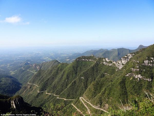 Con đường SC390 nằm treo leo trên vách đá và được bao quanh bởi rừng mưa nhiệt đới. (Ảnh: Daily Mail)
