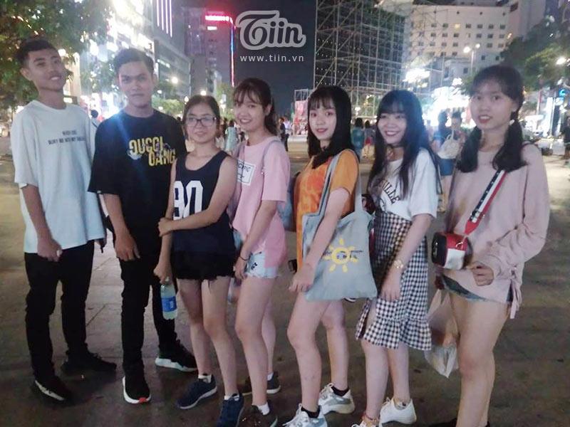 Các bạn trẻ nam nữ có mặt từ chiều, chuẩn bị cổ vũ cho tuyển Việt Nam.