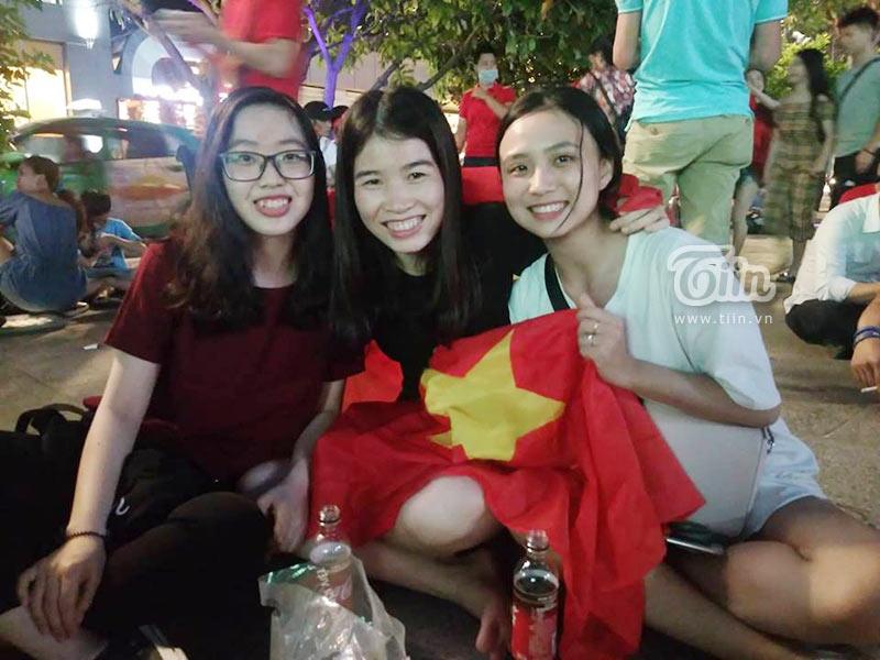 Đám đông cổ vũ Olympic Việt Nam: Nhìn đâu cũng thấy gái xinh 9