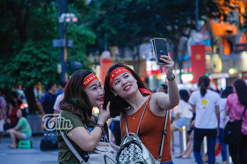 Đám đông cổ vũ Olympic Việt Nam: Nhìn đâu cũng thấy gái xinh 7