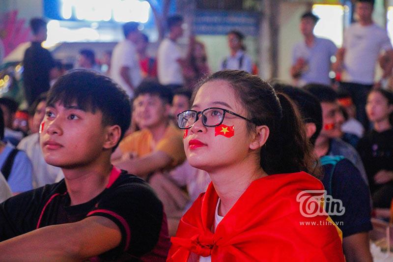 Đám đông cổ vũ Olympic Việt Nam: Nhìn đâu cũng thấy gái xinh 8