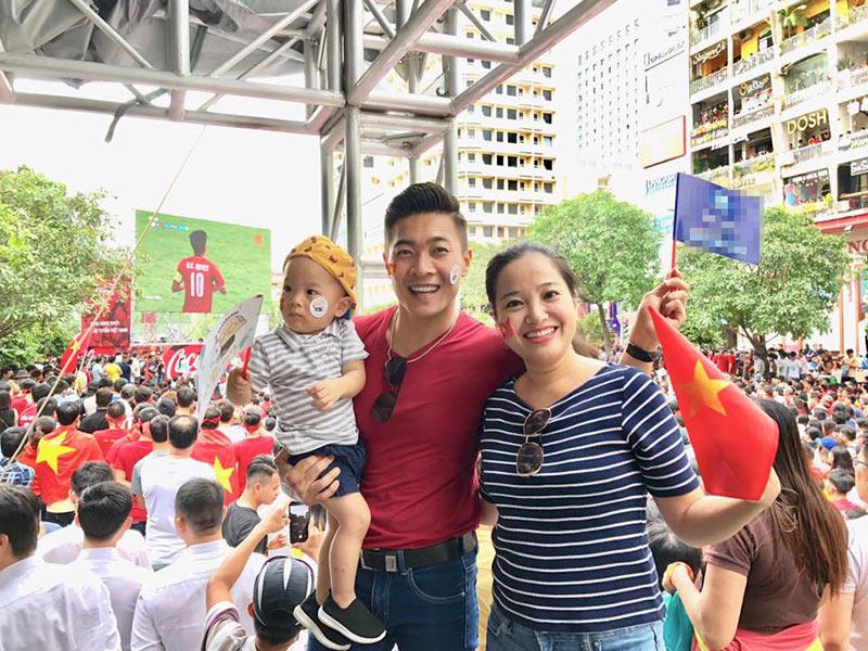 Quốc Cơ cùng vợ là Hồng Phượng và con trai ra phố cổ vũ Olympic Việt Nam.