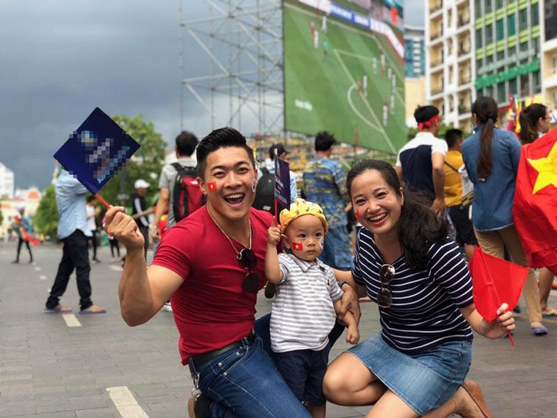 Vợ chồng Quốc Cơ dẫn con trai ra phố cổ vũ Olympic Việt Nam giành huy chương 1