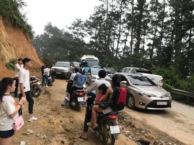 Đường lên thị trấn Tam Đảo còn đang thi công, chưa hoàn thiện, nhiều đoạn đường đất bụi bẩn cảng khiến người lên thấy khó chịu.
