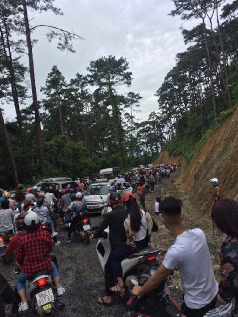 Tình trạng ùn tắc kéo dài khiến nhiều tài xế buộc phải xuống đường.