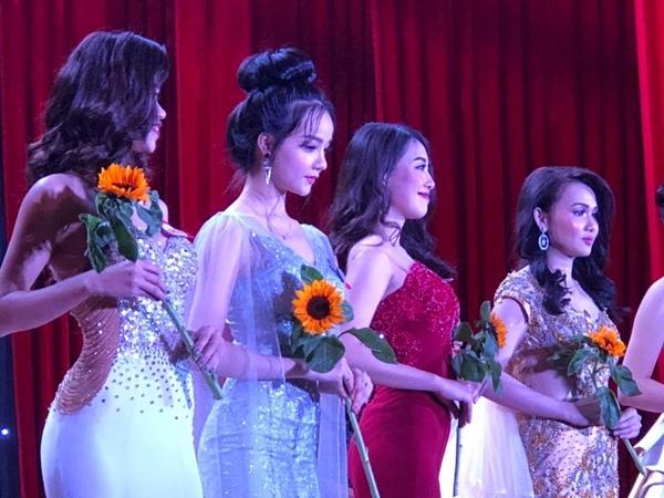 Thủy Tiên (thứ hai bên trái vào) tại cuộc thi Nữ hoàng trang sức 2017.