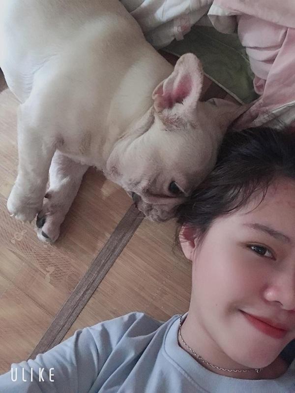 Chú cún tên Si được một người em của Tiến Dũng chăm sóc khi anh chàng vắng nhà.