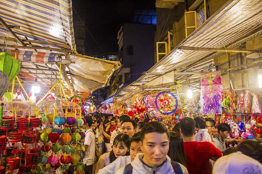 Những khoảnh khắc ấm áp của tình thân tại phố lồng đèn hot nhất Sài Gòn 0