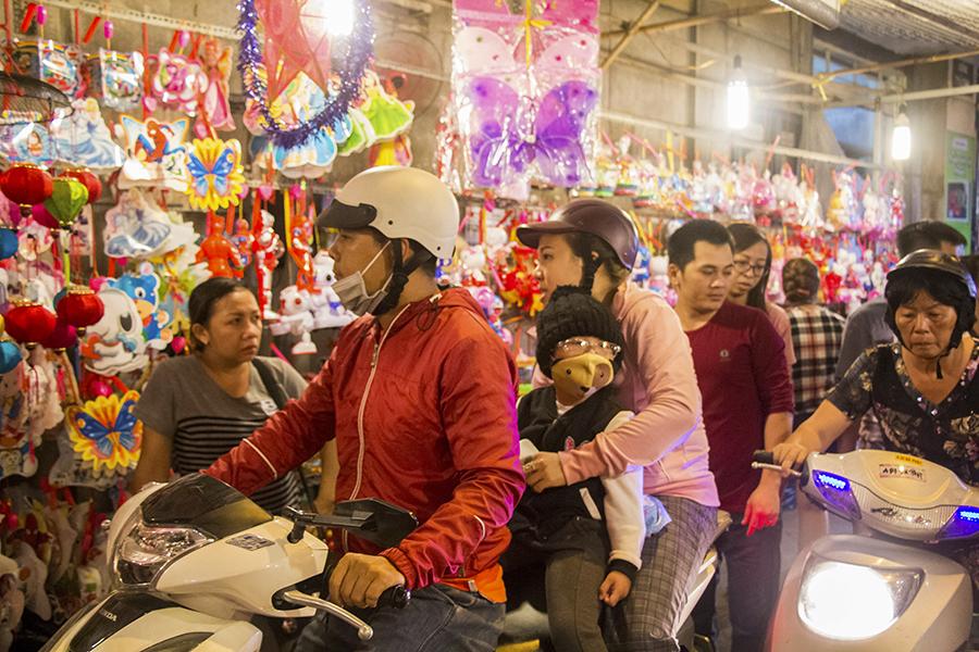 Những khoảnh khắc ấm áp của tình thân tại phố lồng đèn hot nhất Sài Gòn 1