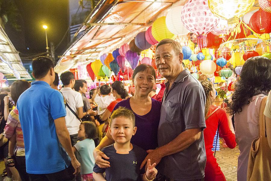 Những khoảnh khắc ấm áp của tình thân tại phố lồng đèn hot nhất Sài Gòn 6