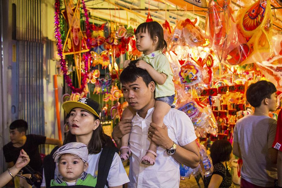 Những khoảnh khắc ấm áp của tình thân tại phố lồng đèn hot nhất Sài Gòn 7