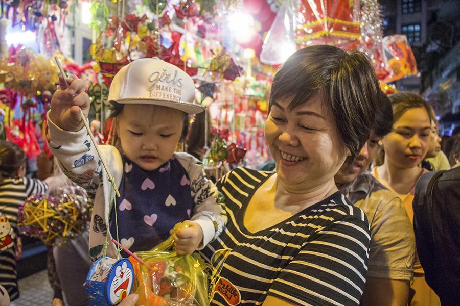 Những khoảnh khắc ấm áp của tình thân tại phố lồng đèn hot nhất Sài Gòn 9