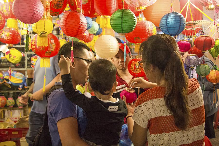 Những khoảnh khắc ấm áp của tình thân tại phố lồng đèn hot nhất Sài Gòn 10
