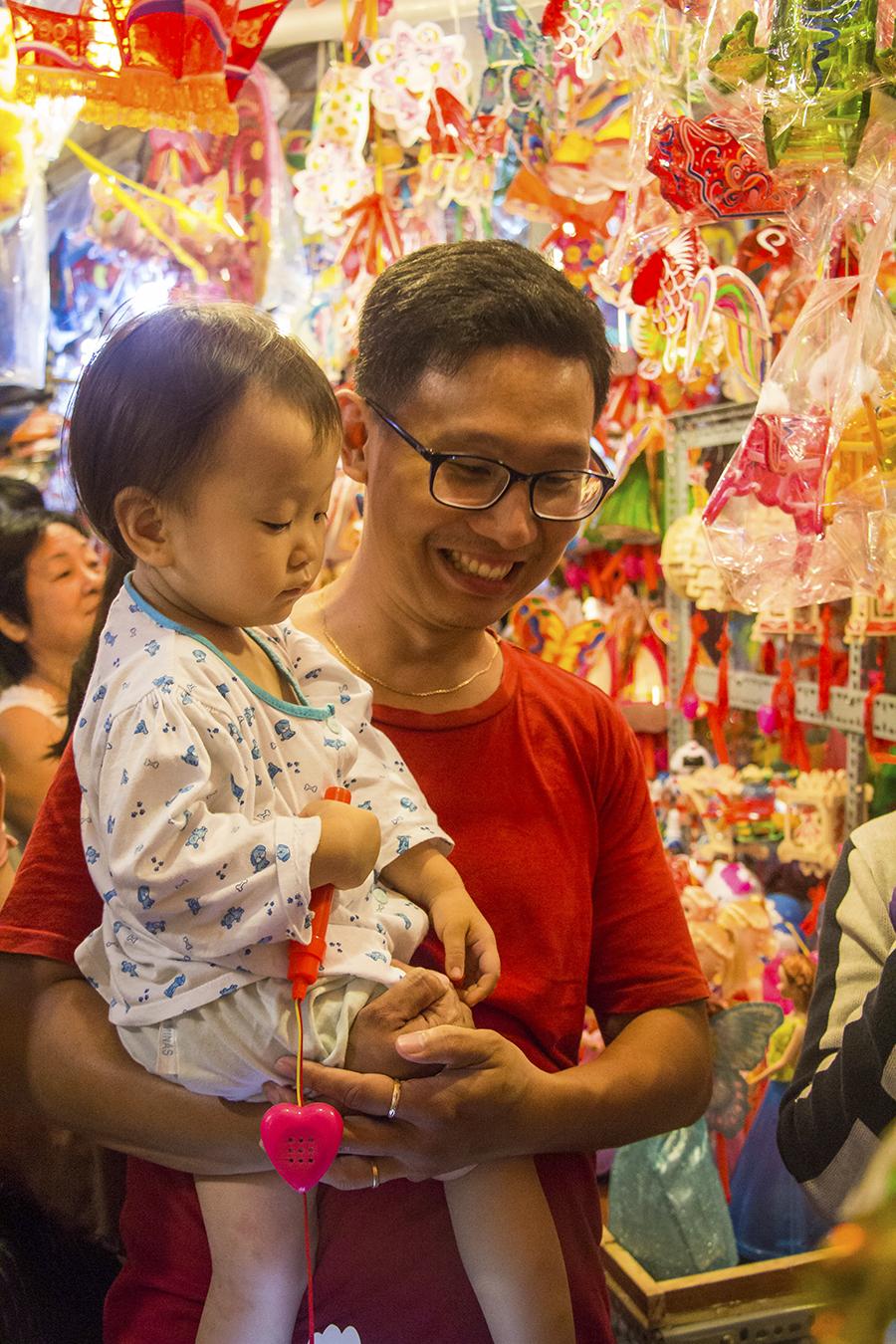 Những khoảnh khắc ấm áp của tình thân tại phố lồng đèn hot nhất Sài Gòn 8