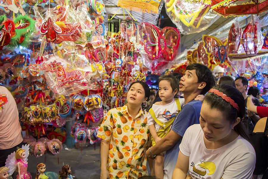 Những khoảnh khắc ấm áp của tình thân tại phố lồng đèn hot nhất Sài Gòn 11