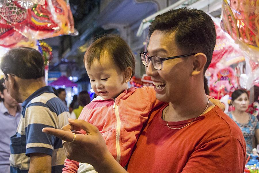Những khoảnh khắc ấm áp của tình thân tại phố lồng đèn hot nhất Sài Gòn 12