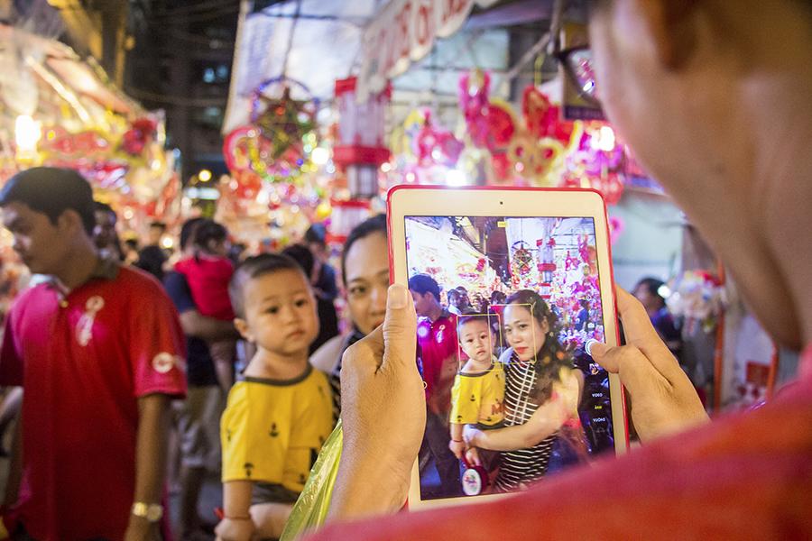 Những khoảnh khắc ấm áp của tình thân tại phố lồng đèn hot nhất Sài Gòn 13