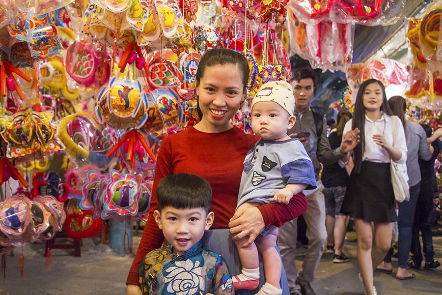 Những khoảnh khắc ấm áp của tình thân tại phố lồng đèn hot nhất Sài Gòn 15