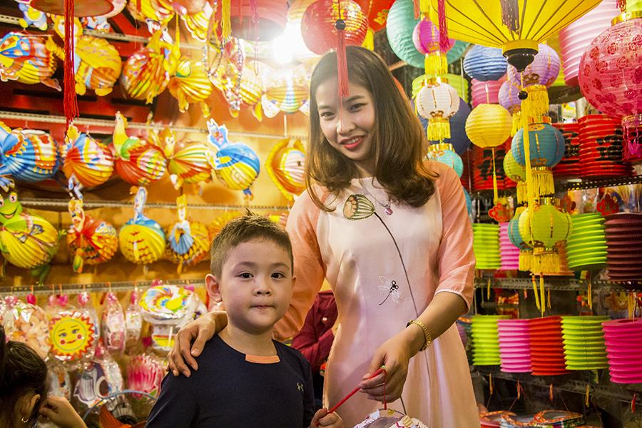 Những khoảnh khắc ấm áp của tình thân tại phố lồng đèn hot nhất Sài Gòn 16