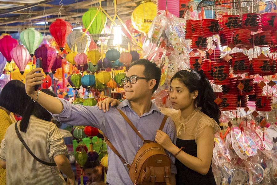 Những khoảnh khắc ấm áp của tình thân tại phố lồng đèn hot nhất Sài Gòn 17