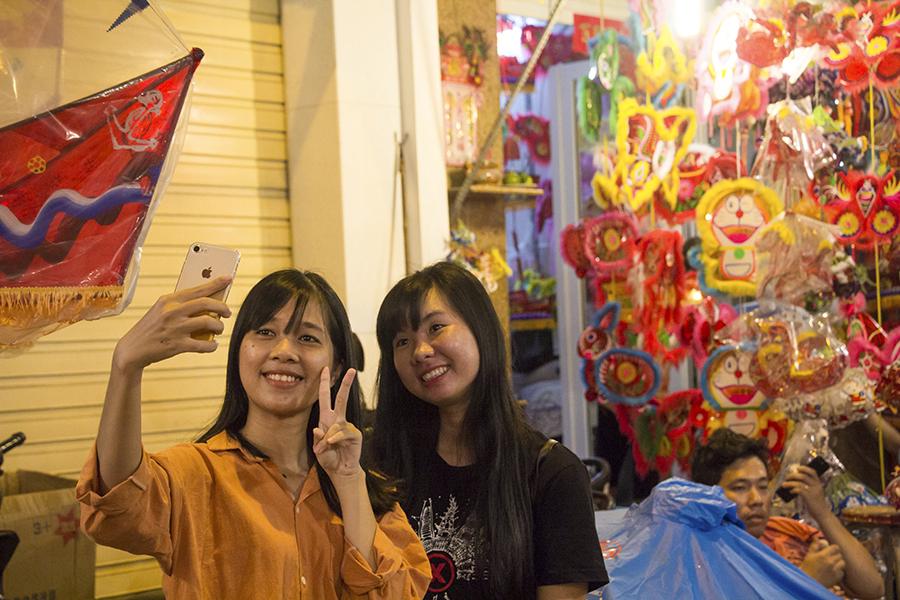 Những khoảnh khắc ấm áp của tình thân tại phố lồng đèn hot nhất Sài Gòn 18