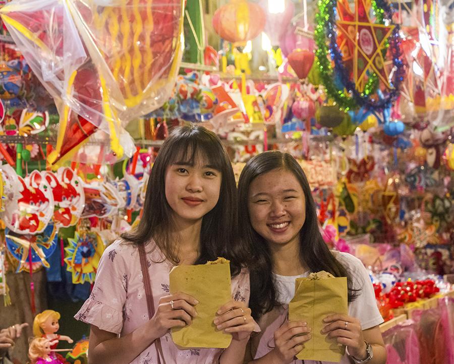 Những khoảnh khắc ấm áp của tình thân tại phố lồng đèn hot nhất Sài Gòn 19