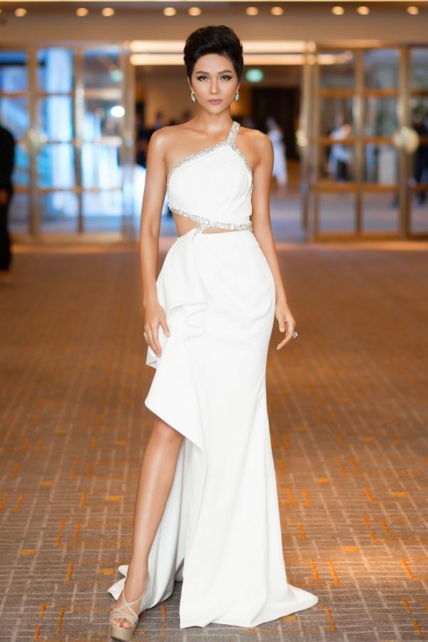 Xét về màu sắc. chiếc váy trắng này khá ăn nhập với làn da và phụ kiện của người đẹp. Nhưng về thiết kế, phần cắt xẻ thiếu hợp lý đã khiến bộ váy mất đi sự tinh tế, sang trọng.