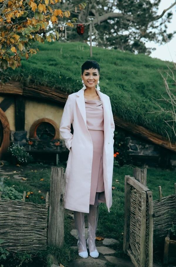 Trang phục, màu sắc hài hòa, chỉ sai ở đôi bốt khiến tổng thể bộ đồ trông cứng và bí bách khi nhìn vào.