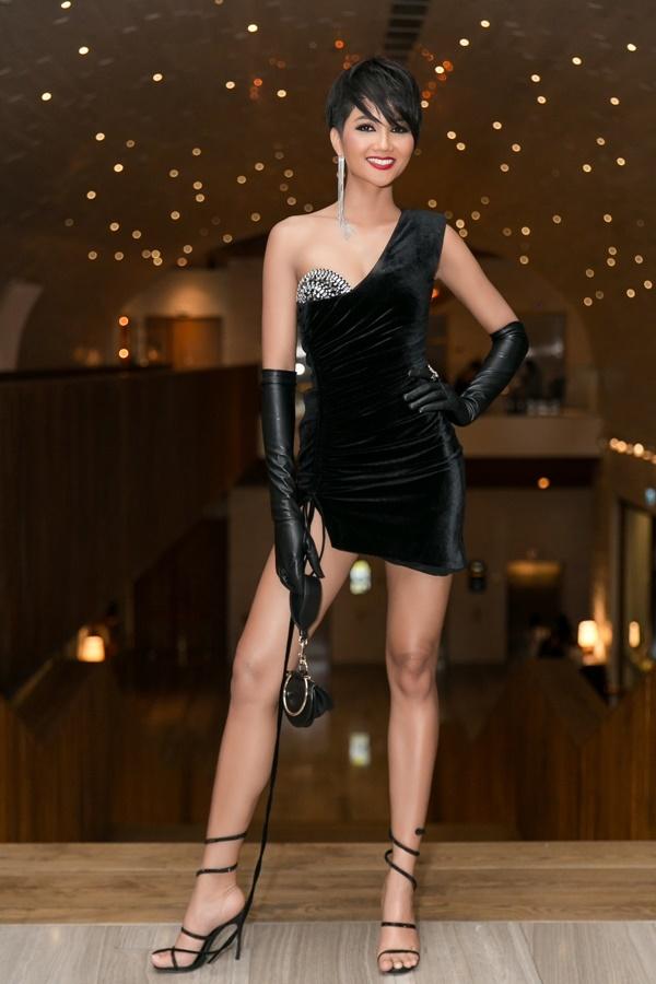 Ở sự kiện này, H'Hen Niê hoàn toàn nổi bật với mái tóc đen, lối trang điểm cá tính, sắc sảo với đôi môi đỏ. Nhưng chiếc váy cô diện lại có phần cup ngực hơi 'vô duyên'.
