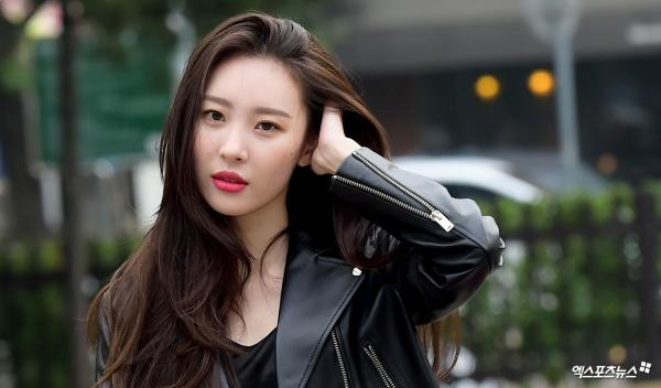 Bất ngờ ngã quỵ trên sân khấu Music Bank, Sunmi khiến fan lo lắng về sức khỏe 0