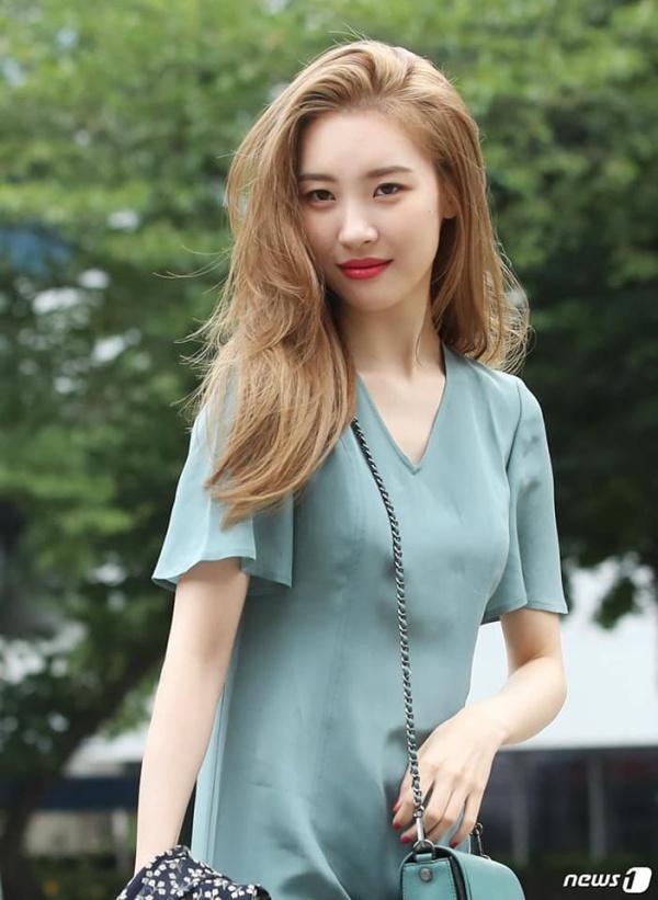 Bất ngờ ngã quỵ trên sân khấu Music Bank, Sunmi khiến fan lo lắng về sức khỏe 3