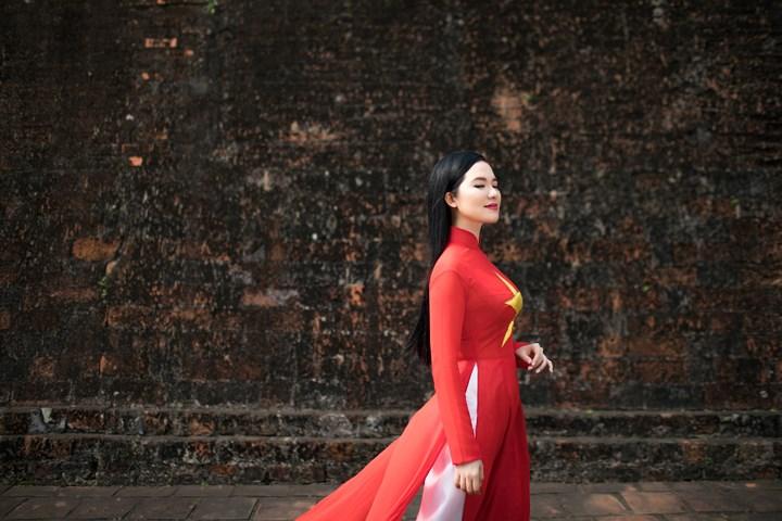 Á quân dòng nhạc dân gian cuộc thi Sao Mai 2013 Thùy Dung sẽ mang lại không gian êm đềm,sâu lắng cùngViệt Nam quê hương tôi (Đỗ Nhuận) cùngvũ đoàn Sắc Màu và vũ đoànVân Nam
