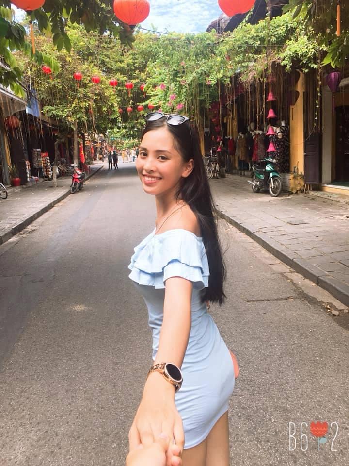 Tiểu Vythường xuyên đăng tải những hình ảnh selfie, đi chơi cùng bạn bè cũng như những hoạt động thường ngày.