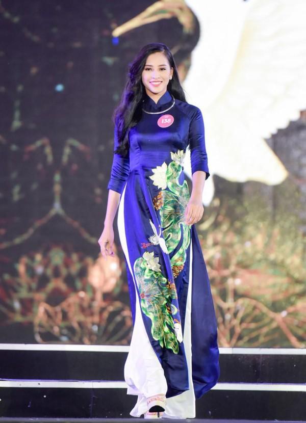 Vẻ nữ tính, yêu kiều của Trần Tiểu Vy trong phần thi áo dài.Ở lứa tuổi 18, nhan sắc của Tân Hoa hậu được đánh giá mặn mà hơn bạn bè đồng trang lứa.