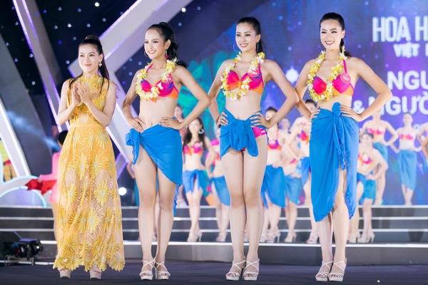 Khi bị vấp ngã trong lúc catwalk ở phần thi Người đẹp biển, Tiểu Vy (giữa) vẫn giữ được sự bình tĩnh để hoàn thành phần trình diễn và xuất sắc được chọn vào top 3.