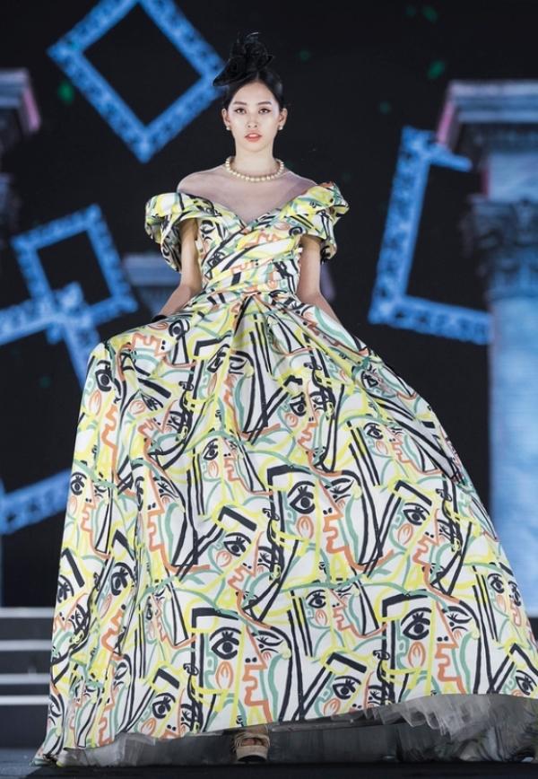 TiểuVy giữ vai trò vedette trong suốt 3 đêm thi 'Người đẹp Thời trang'. Mặc dù chưa có nhiều kinh nghiệm trình diễn thời trang, nhưng cô vẫn có thể xử lí khéo léo bộ váy cồng kềnh của NTK Lê Thanh Hòa.