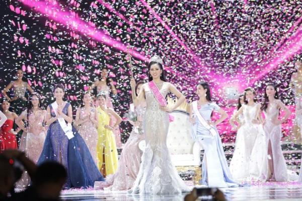 Những tưởng sẽ vụt mất danh hiệu hoa hậu vì câu trả lờl lúng túng, song Trần Tiểu Vy vẫn được xướng tên là Hoa hậu Việt Nam 2018.