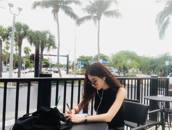 Jiyoen thời gian qua đã phải hủy khá nhiều lịch trình để nghỉ ngơi nhưng trông cô vẫn không có thêm được tí dathịt nào.