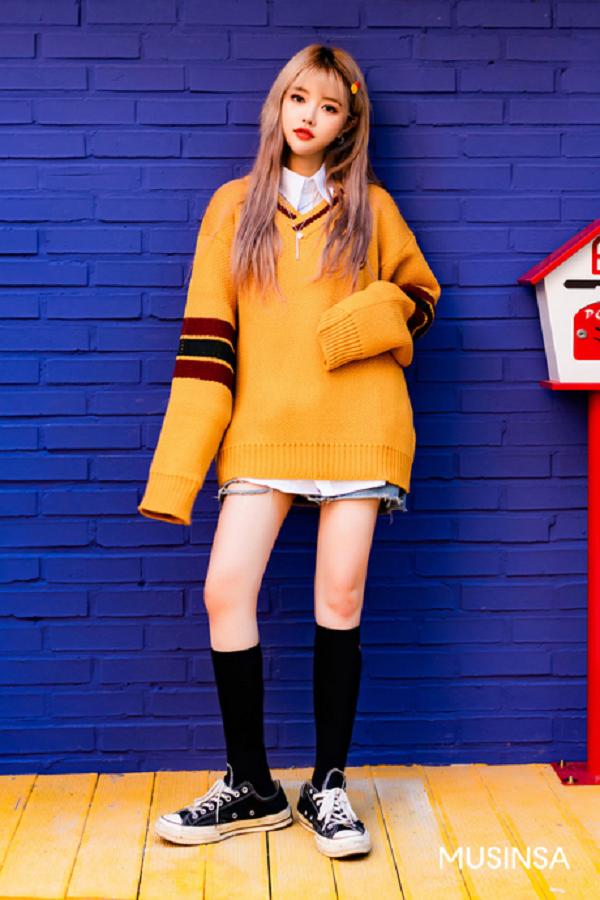 Mùa thu này, những chiếc áo len dáng oversized tiếp tục là một trong những item 'đinh' trong tủ đồ của các tín đồ thời trang. Cô bạn này đã lựa chọn một mẫu áo len dáng rộng gam vàng mù tạt để ứng dụng trong công thức giấu quần. Để set đồ hợp trend hơn nữa, cô nàng còn phối thêm tất cao cổ và giày sneaker đi kèm.