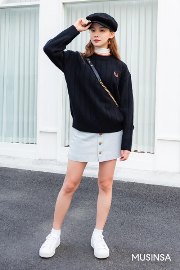 Áo len cổ tròn mix cùng chân váy và giày thể thao là một trong những công thức đơn giản để có một set đồ vừa nhanh gọn vừa thoải mái năng động xuống phố.