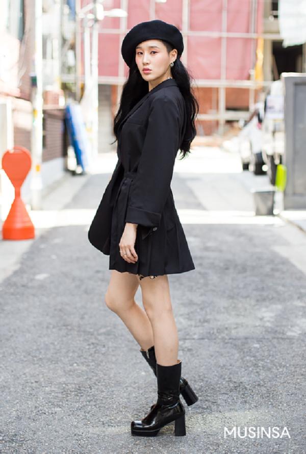 Là tín đồ của phong cách all - black, song cô bạn này lại diện đồ khá duyên dáng nữ tính. Set đồ đen đơn giản trở nên trendy hơn bao giờ hết khi được tô điểm thêm phụ kiện là chiếc mũ nồi thanh lịch.