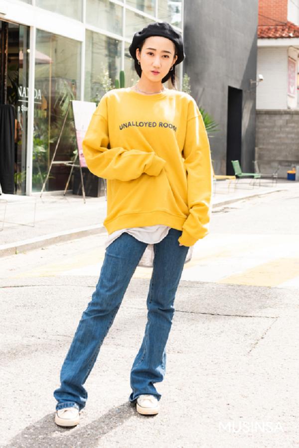 Là gam màu 'hot hit' khi càn quét đường phố suốt một mùa hè vừa qua, có vẻ như sang thu rồi mà màu vàng mù tạt vẫn được nhiều tín đồ yêu thích đến vậy. Không cần cầu kì, chỉ đơn giản là mix áo nỉ với gam màu này cùng quần jean, bạn đã có ngay một set đồ vừa đẹp mắt vừa cá tính.