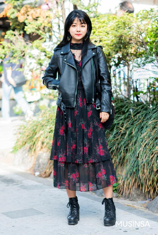 Váy liền chất liệu voan nữ tính và biker jacket là một cặp đôi lý tưởng, vừa cá tính vừa thời thượng. Để set đồ trở nên hoàn hảo nhất, hãy thêm vào một đôi boots da sành điệu.