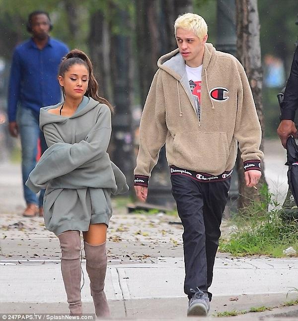 Ariana Grande lộ rõ vẻ buồn bã khi đi bên cạnh Pete Davidson.